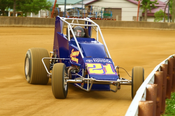 Jeff Swindell on the gas at the Indiana State Fairgrounds aboard the Mark Swanson-owned No. 21.