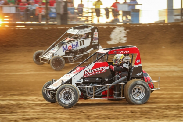 #25 Jerry Coons, Jr. battles #67 Logan Seavey during the 2018 USAC P1 Insurance National Midget season.